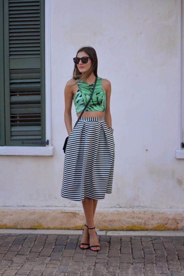 На фото: новый модный лук - топ с тропическим принтом.