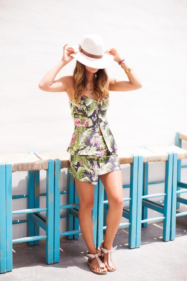 На фото: новый модный лук - платье с тропическим принтом.