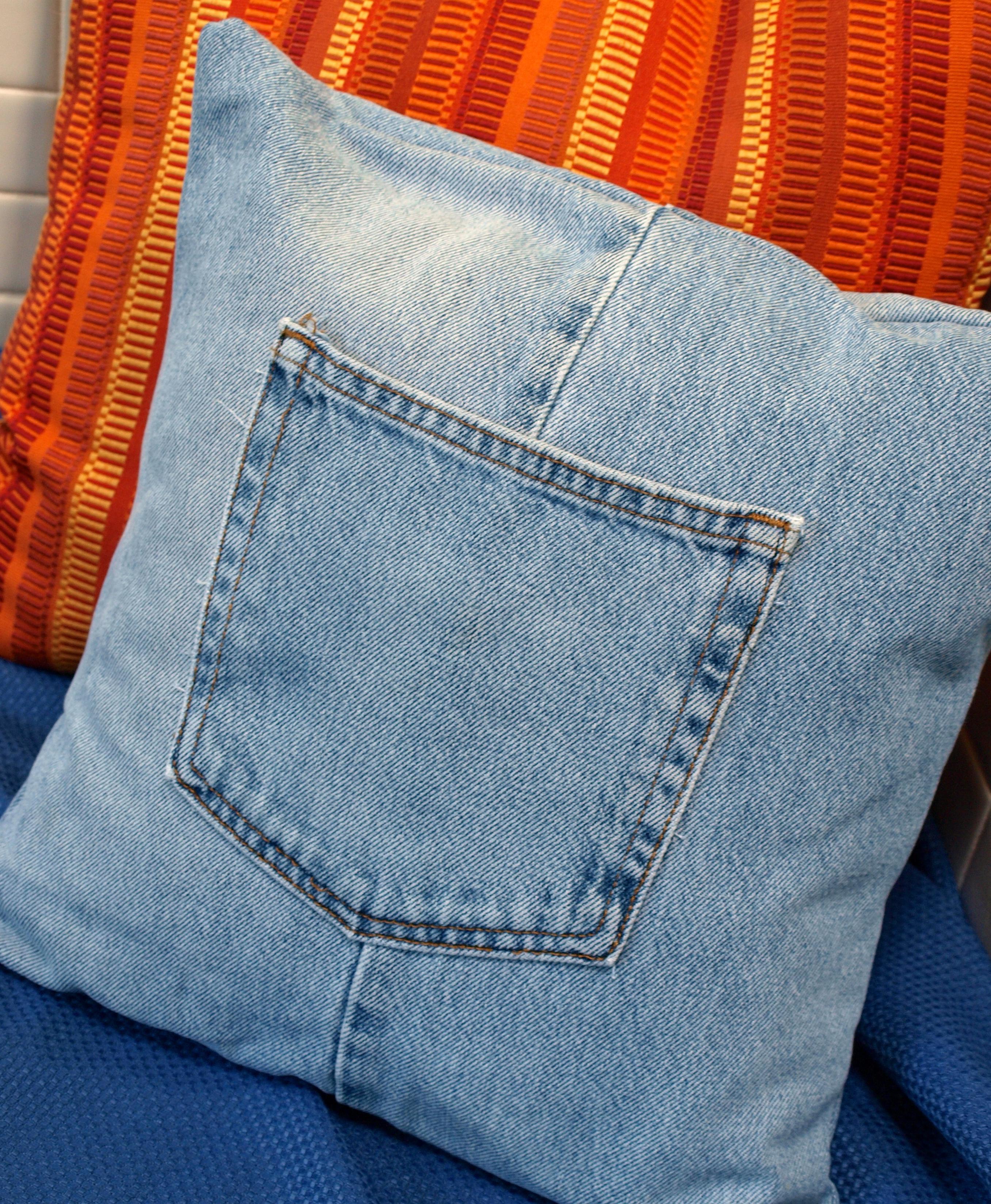 На фото: нтерьер из старых джинсов - диванные подушки.