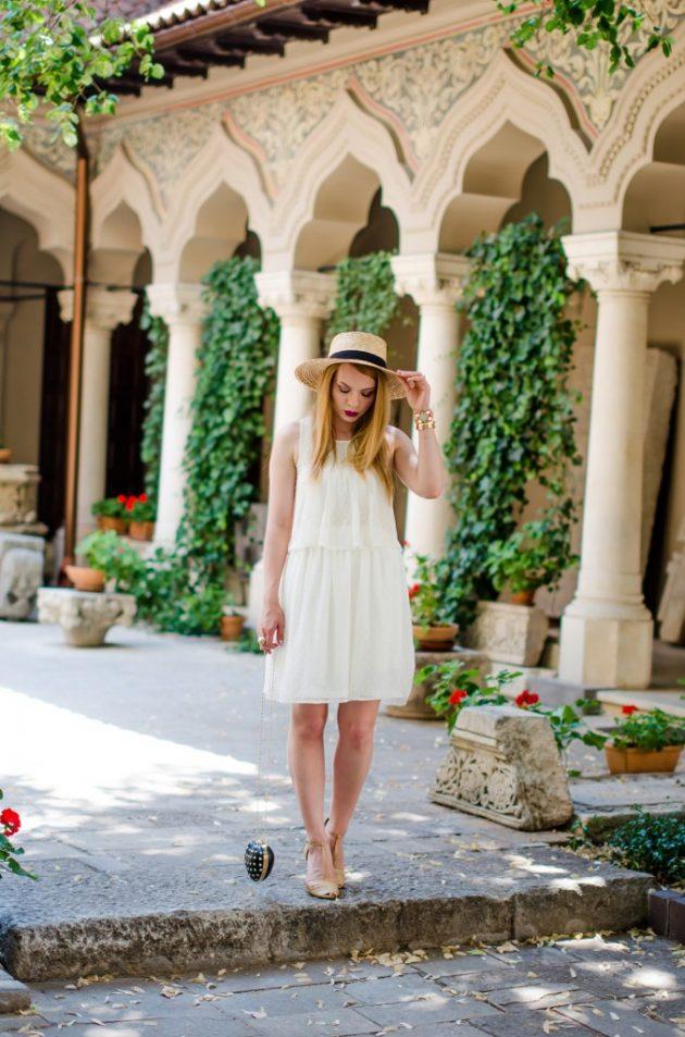 На фото: новый летний лук с соломенной шляпкой - самый популярный головной убор в этом сезоне.