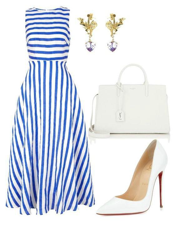На фото: новый лук с длинным платьем с принтом в полоску. с белыми туфлями и сумкой.