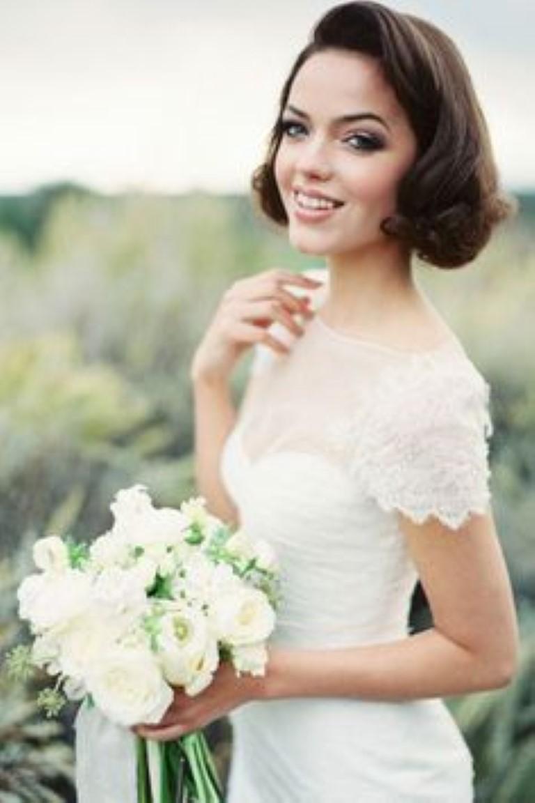 На фото: самая простая свадебная прическа с короткими волосами.