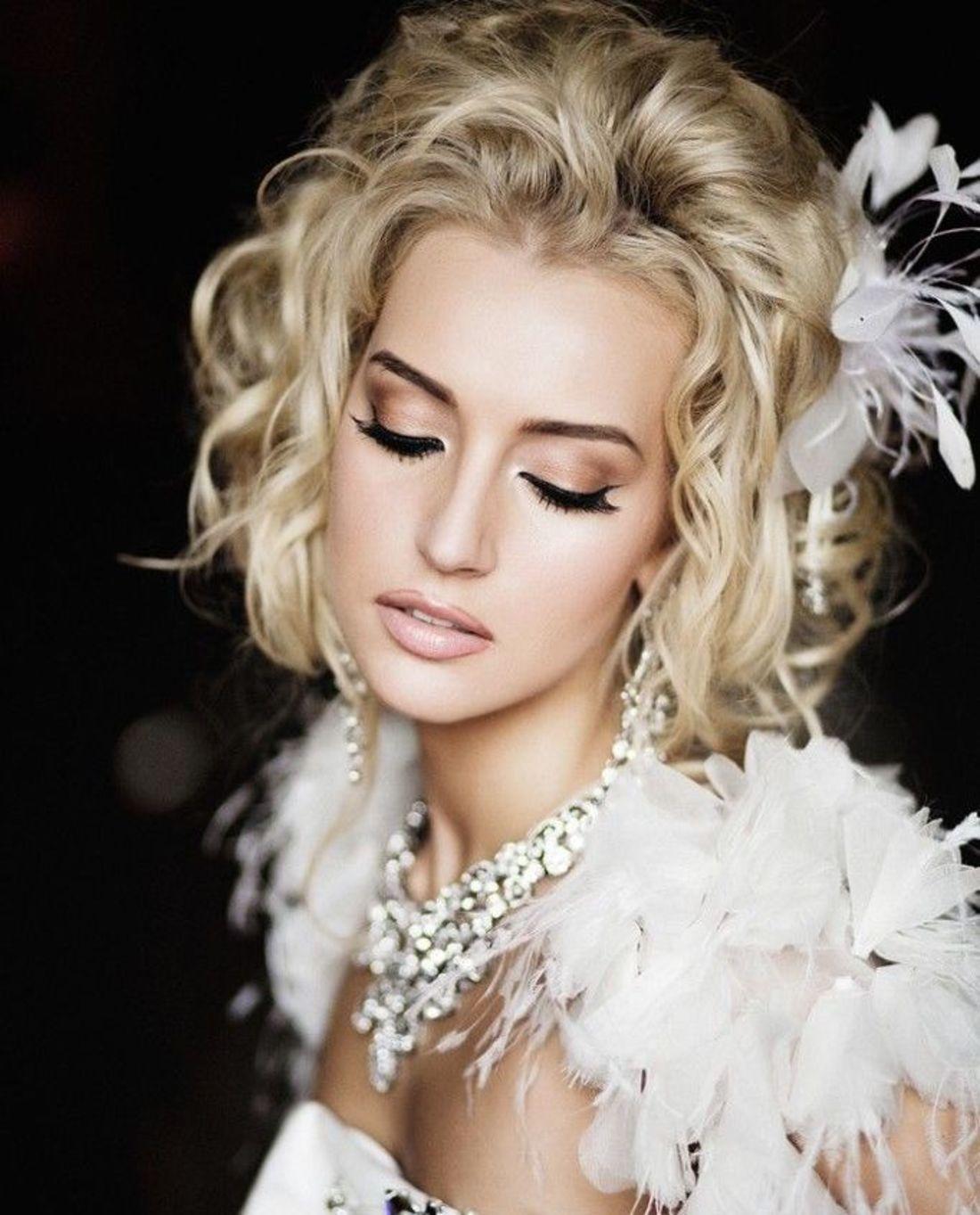 На фото: свадебная прическа с короткими волосами с цветами в волосах.