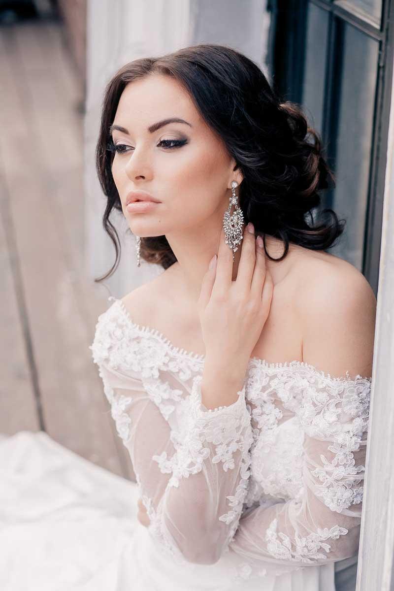 На фото: свадебные прически на длинные волосы: локоны волос собраны в пучок.