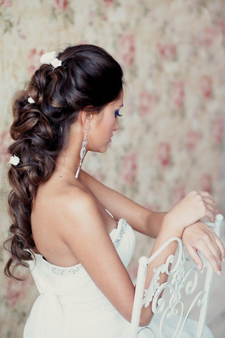 Брюнетка свадебная прическа