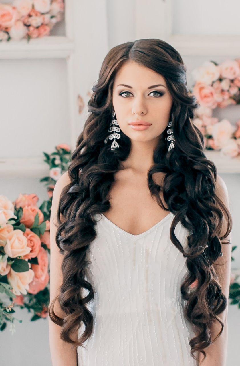 На фото: свадебные прически на длинные волосы: распущенные локоны волос.