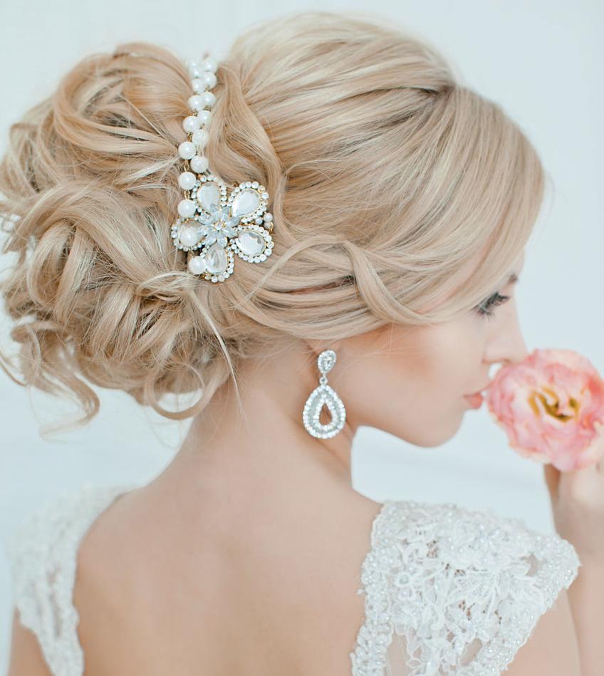 На фото: свадебные прически в романтическом стиле.