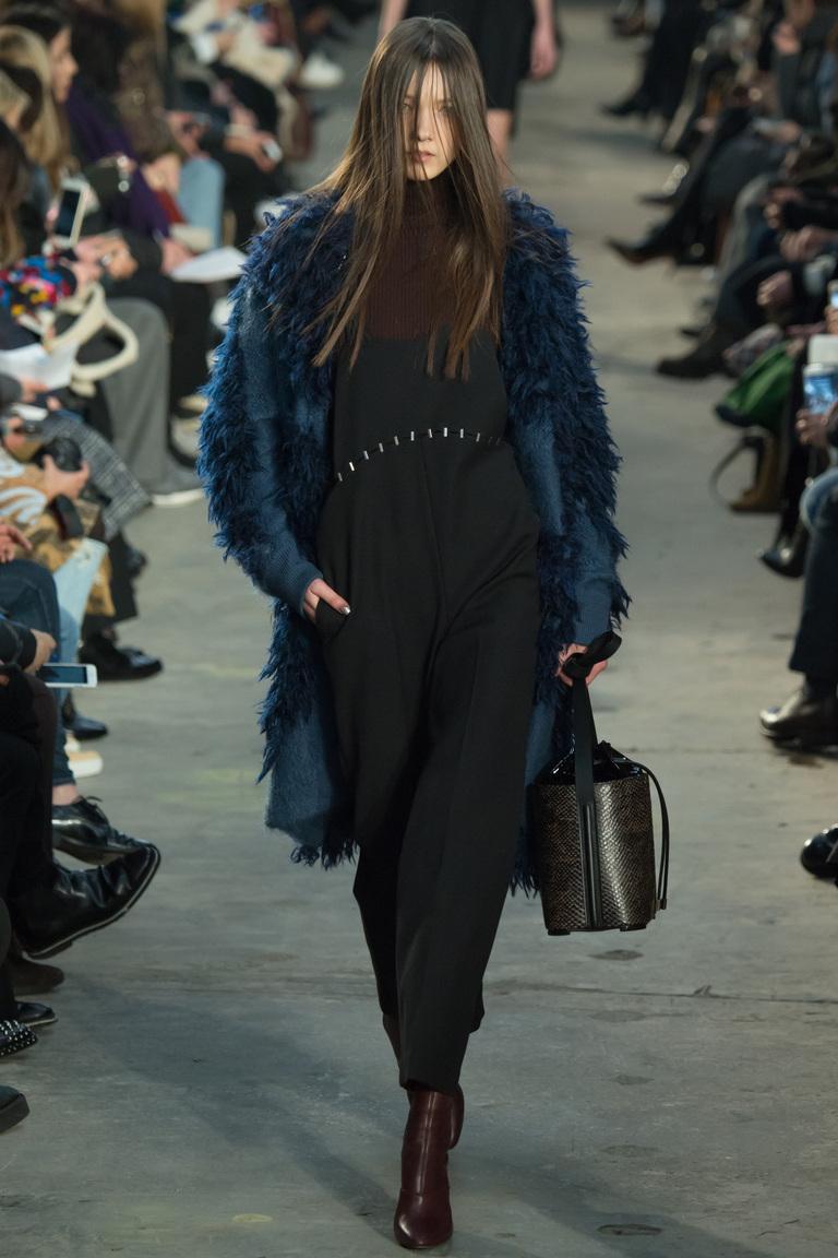На фото: модное пальто сезона осень-зима 2016-2017 из коллекции 3.1-Phillip-Lim.