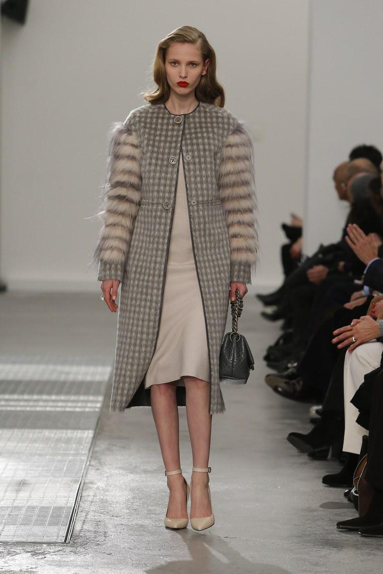На фото: модное пальто сезона осень-зима 2016-2017 из коллекции Agnona.