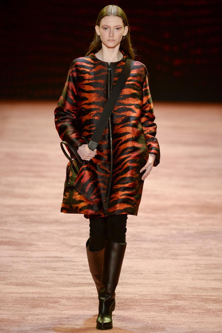 На фото: объемный пуховик – модная верхняя одежда зимы 2017из коллекции Akris.