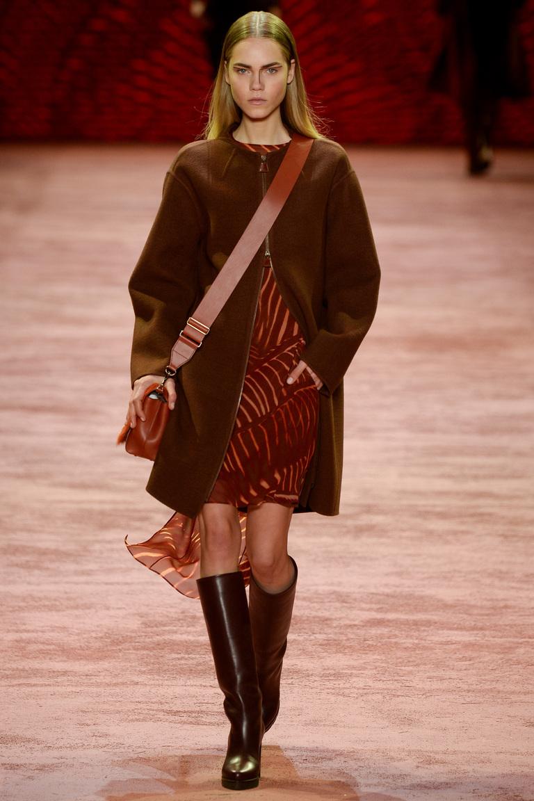 На фото: модное пальто,сезона осень-зима 2016-2017 из коллекции Akris.