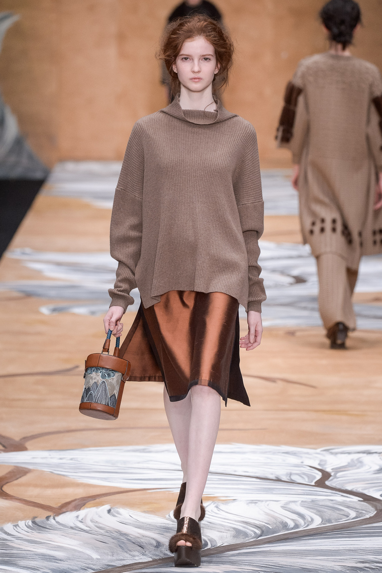 На фото: вещи в стиле оверсайз – модный тренд осени и зимы 2016-2017 из коллекции Alena-Akhmadullina.