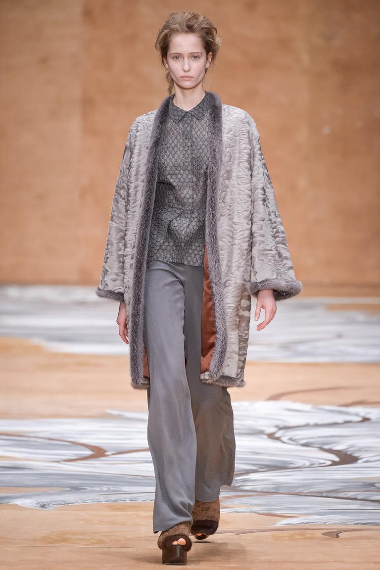 На фото: модное меховое пальто осень-зима 2016-2017 из коллекции Alena Akhmadullina.