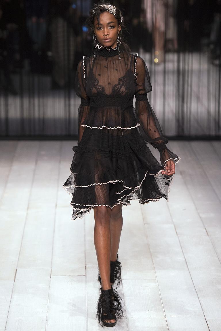 Откровенное прозрачное платье из коллекции Alexander-McQueen.