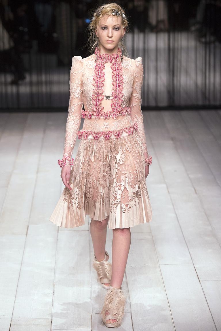Кружевное платье - тенденция моды 2017. Коллекция Alexander-McQueen.