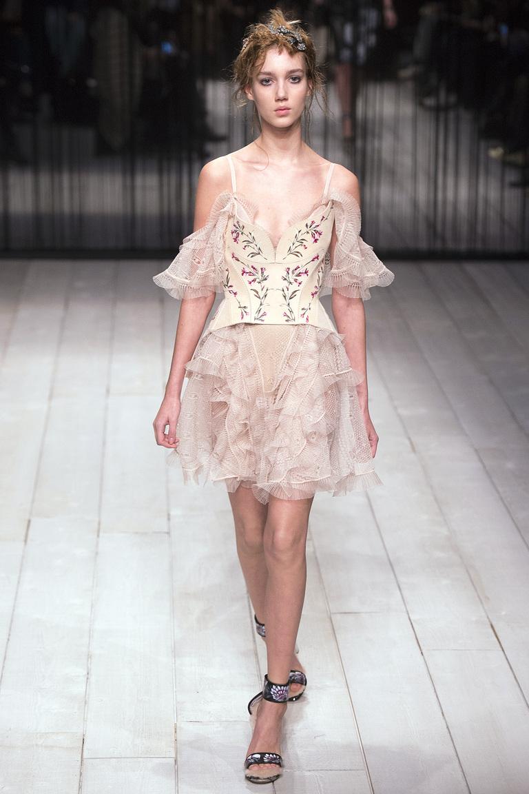 Мода 2017 - фото модного платья с рюшами на рукавах из коллекции Alexander-McQueen.