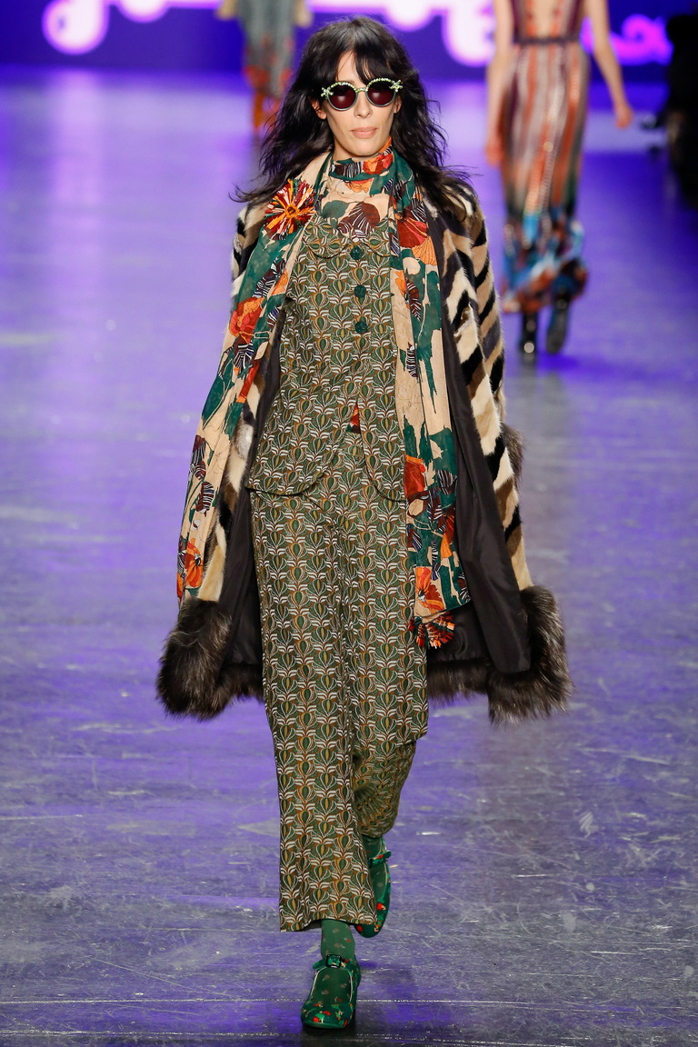 Пальто с принтом, ставшее настоящим must-have сезона зима 2016-2017, представленные на фото из коллекции Anna Sui.