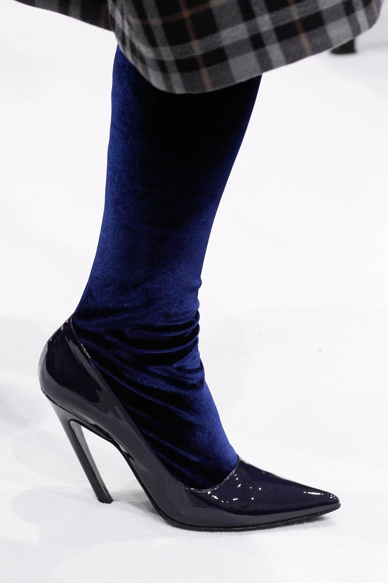 На фото: модные туфли осень 2016 – зима 2017 лодлчки на высоком каблуке из коллекции balenciaga.