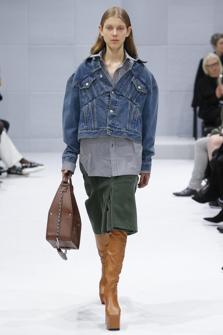 На фото: куртки из денима – тренд осени 2016 и зимы 2017 из коллекции Balenciaga.