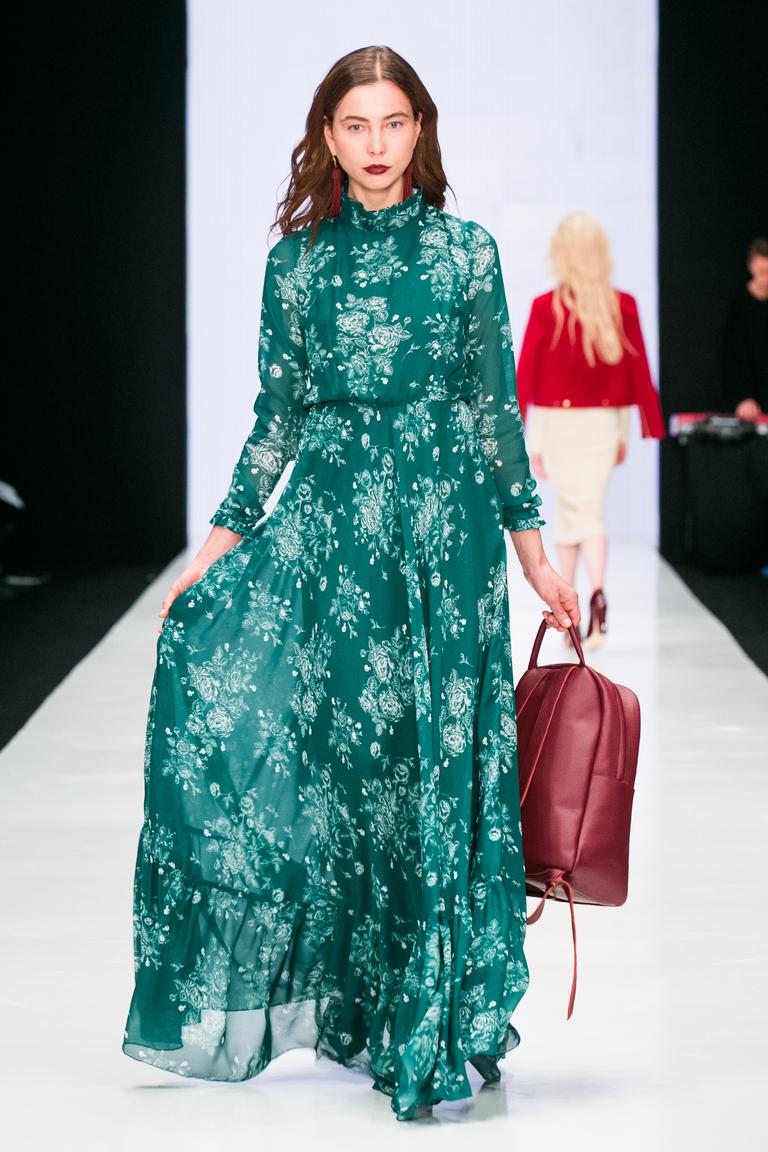 Длинное зеленое платье с цветочным узором от российского дизайнера Bella Potemkina. Яркие фото тренды моды 2017.