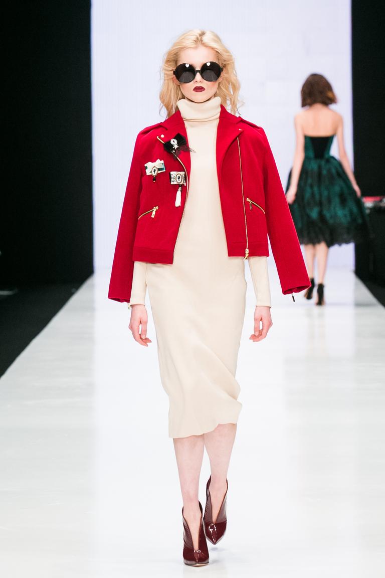 На фото: легкая верхняя одежда: курткиа с принтом сезона осень-зима 2016-2017 из коллекции Bella-Potemkina.