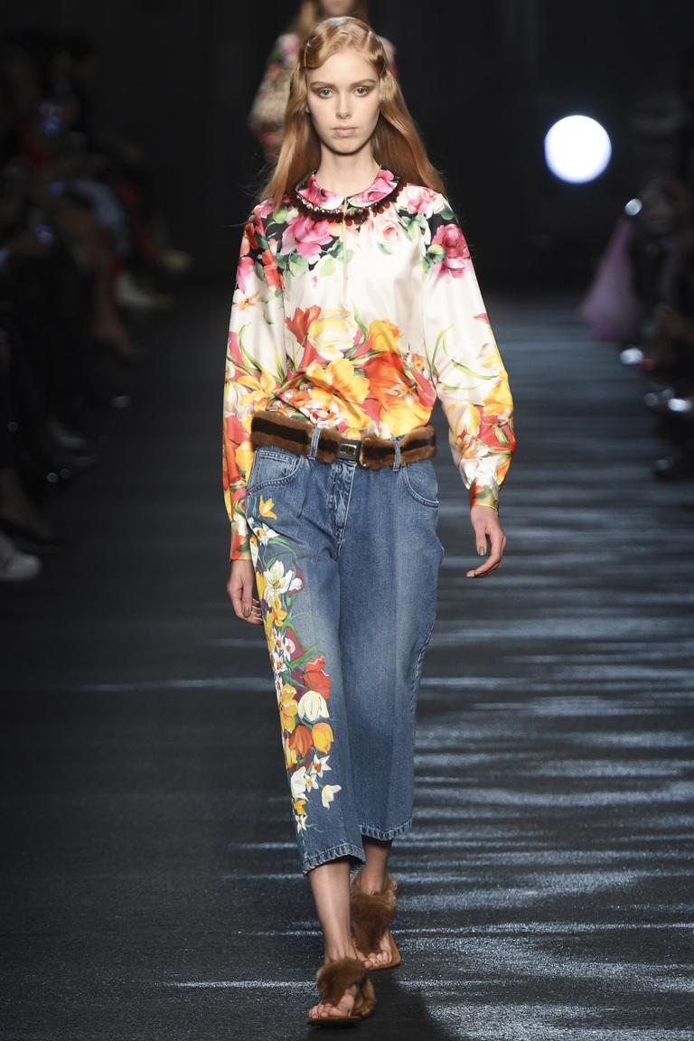 На фото модная кофта осень-зима 2016-2017 с цветочным принтом из коллекции Blumarine.