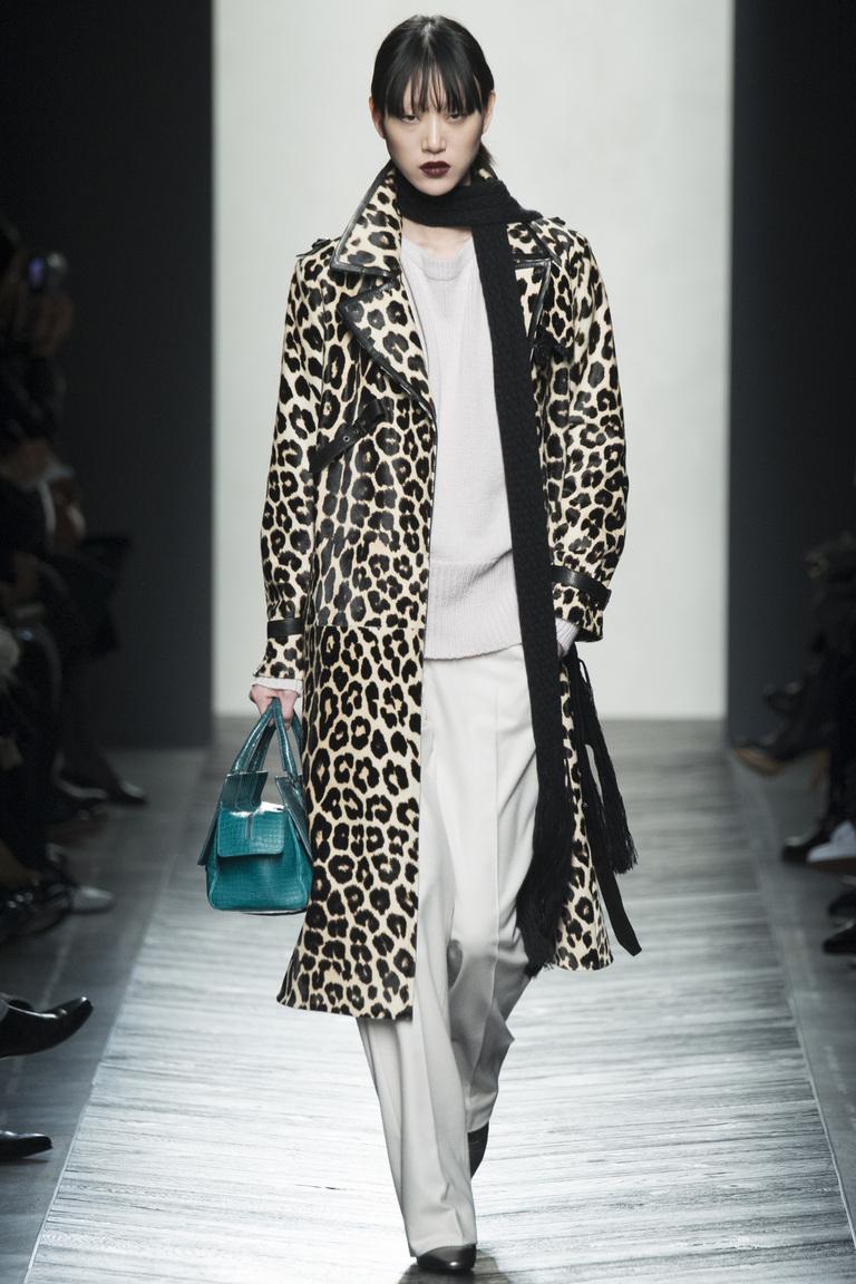 Пальто с леопардовым принтом сезона зима 2016-2017, представленные на фото из коллекции Bottega Veneta.