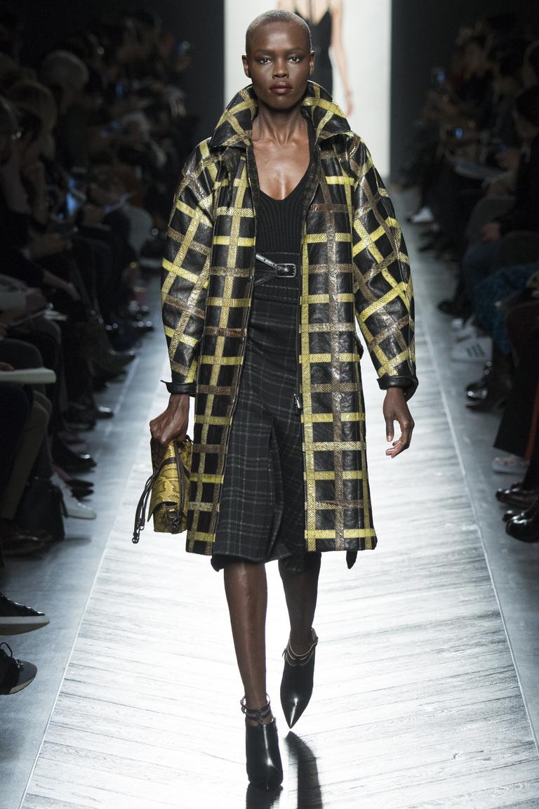 На фото: пальто в клетку - моды осень-зима 2016-2017 из коллекции Bottega Veneta.