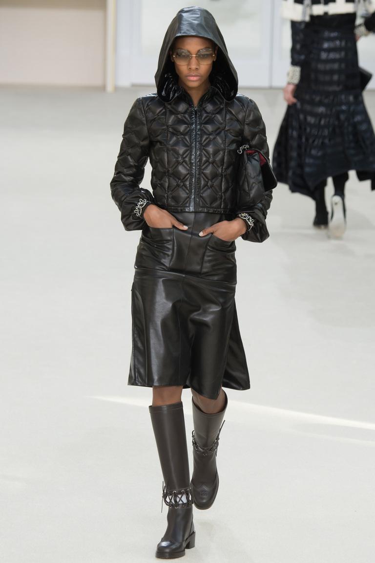 На фото: куртки из денима – тренд осени 2016 и зимы 2017 из коллекции Chanel.
