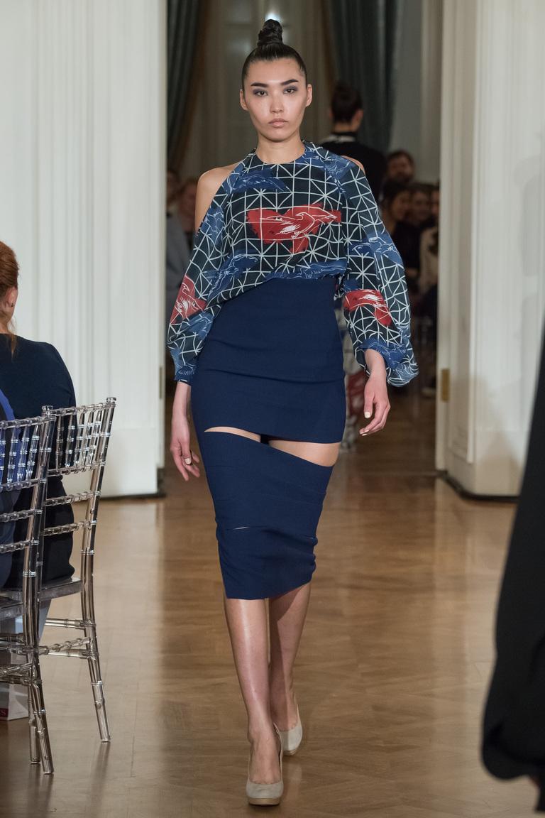 На фото: блузеа с геометрическим принтом сезона осень-зима 2016-2017 из коллекции Chapurin.