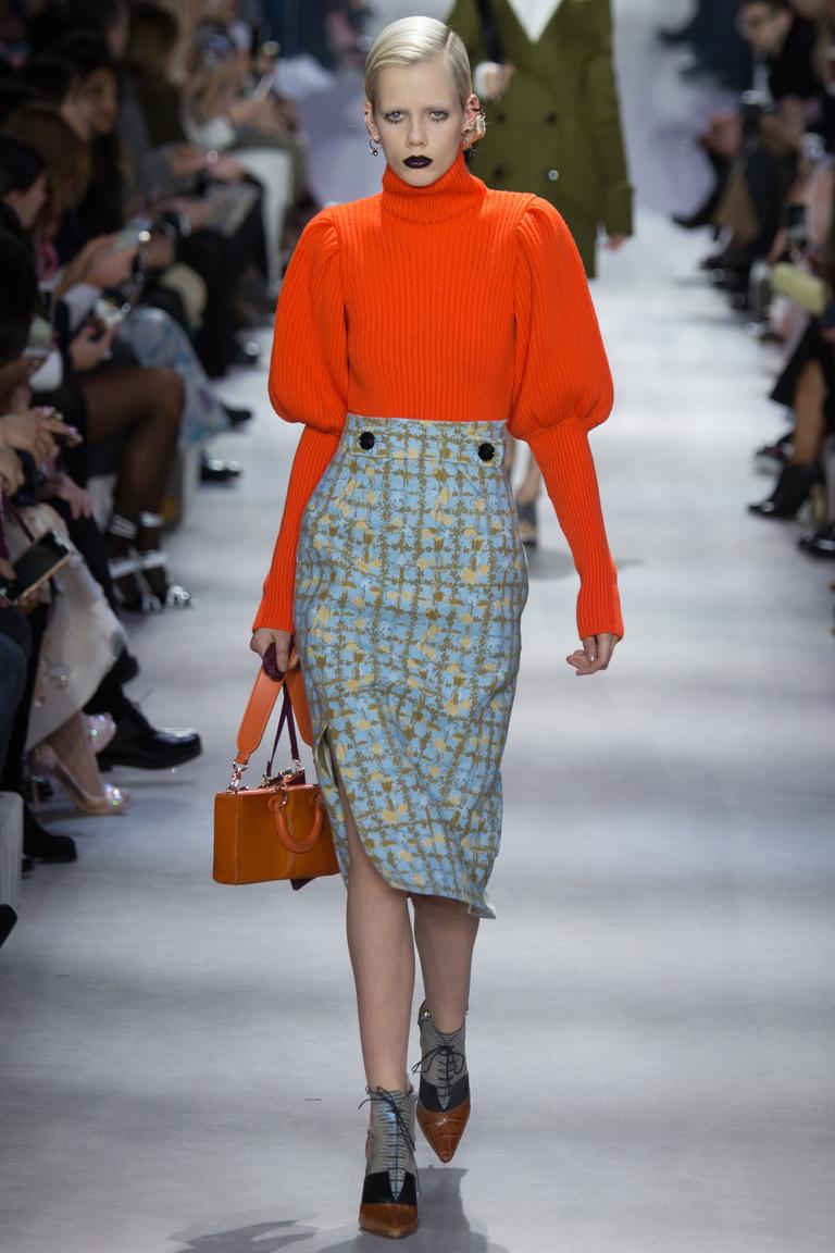 На фото модная кофта осень-зима 2016-2017 из коллекции Christian Dior.