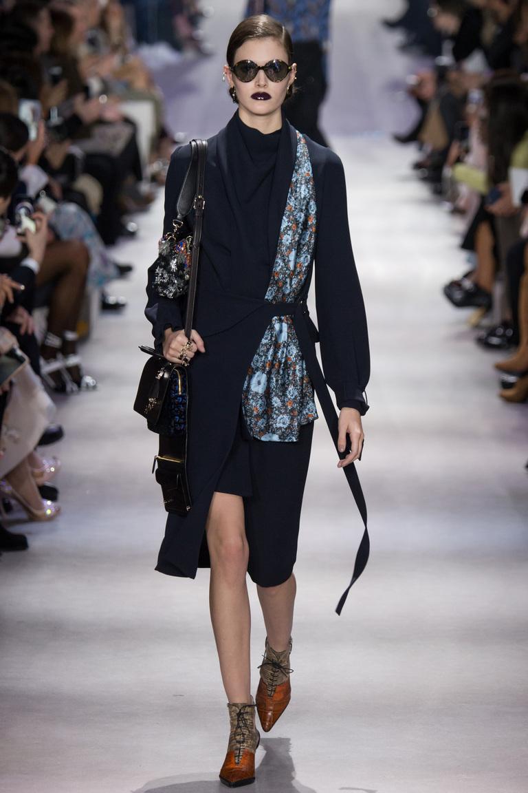 На фото: - классический плащ с поясом - модный в новом сезоне осень-зима 2016-2017 из коллекции Christian-Dior.