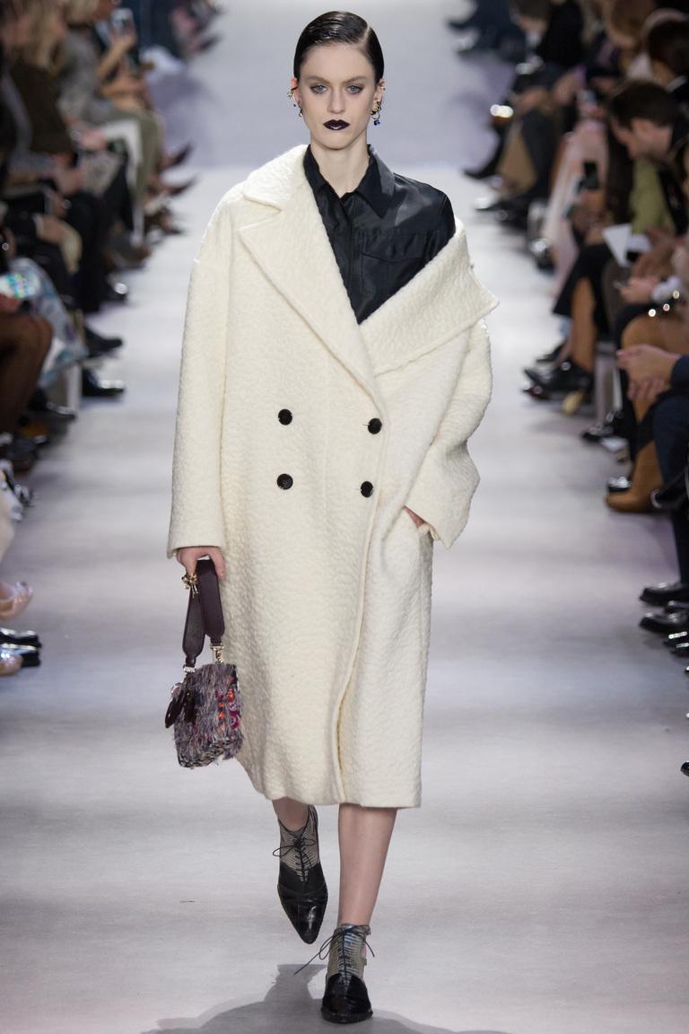 На фото: объемное пальто в стиле оверсайз осень-зима 2016-2017 из коллекции Christian Dior.
