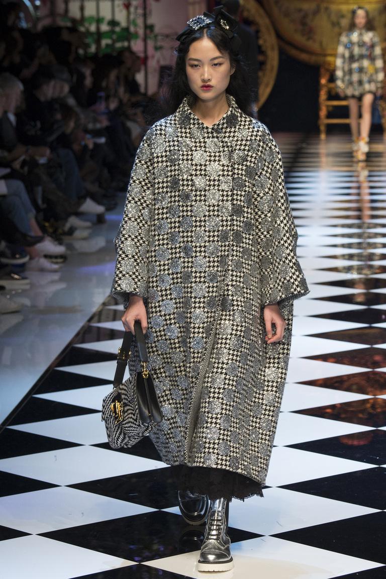 На фото: удлиненный и объемный плащ - Модные в новом сезоне осень-зима 2016-2017 из коллекции Dolce-Gabbana.