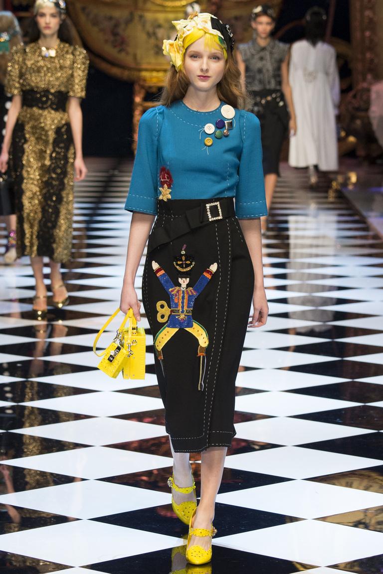 На фото модная кофта осень-зима 2016-2017 из коллекции Dolce & Gabbana.