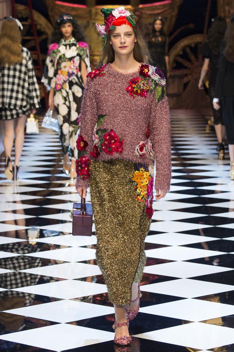 На фото модная кофта осень-зима 2016-2017 с цветочным принтом из коллекции Dolce & Gabbana.