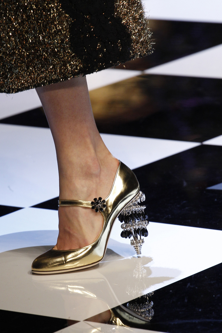 На фото: блестящие детали и металлическая кожа Актуальная обувь сезона осень/зима 2017 из коллекции Dolce-Gabbana.