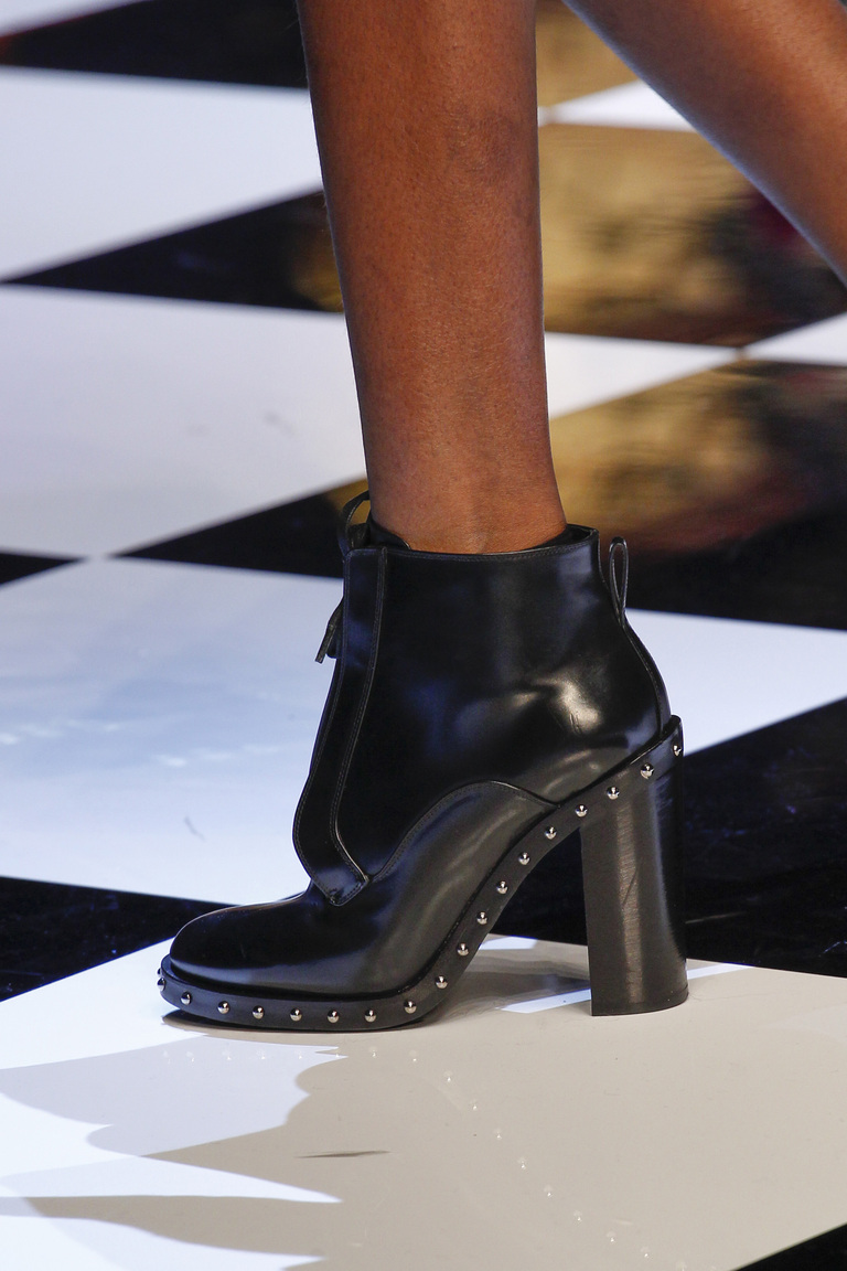 На фото: заклепки, шипы и металлические украшения - самая модная женская обувь в сезоне осень 2016= 2017 из коллекции Dolce-Gabbana.
