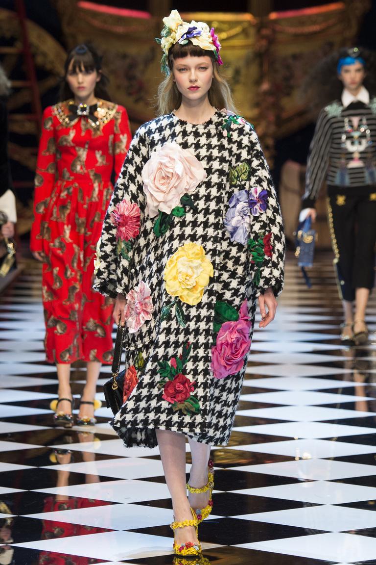 На фото: объемное пальто с цветочным принтом в стиле оверсайз осень-зима 2016-2017 из коллекции Dolce-Gabbana.