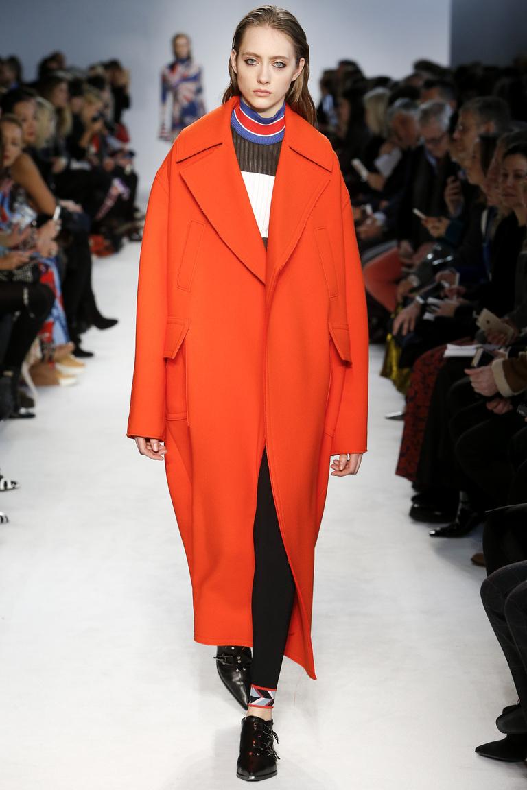 На фото: удлиненный и объемный плащ - Модные в новом сезоне осень-зима 2016-2017 из коллекции Emilio-Pucci.