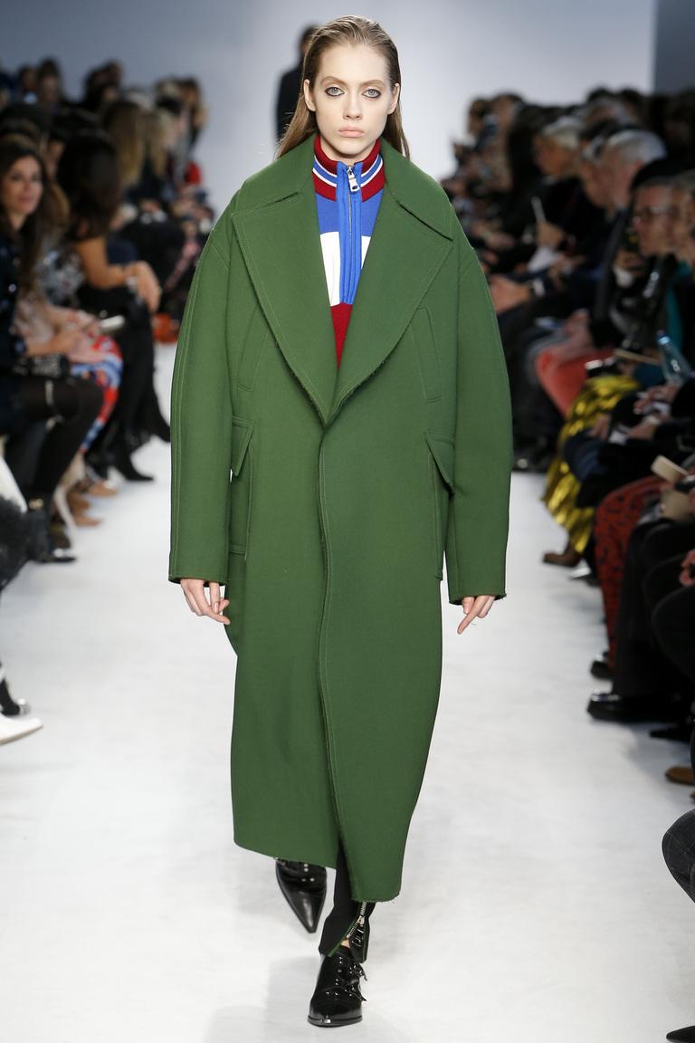 На фото: объемное пальто в стиле оверсайз осень-зима 2016-2017 из коллекции Emilio Pucci.