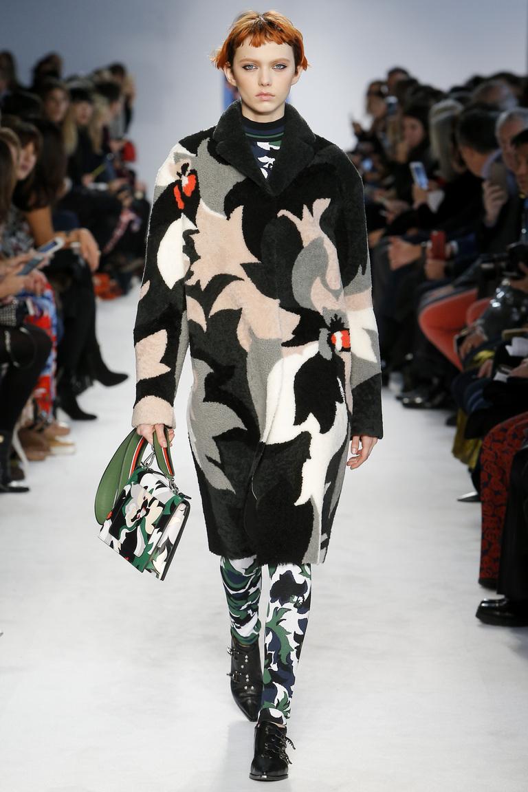 На фото: пальто с принтом, из коллекции Emilio Pucci.
