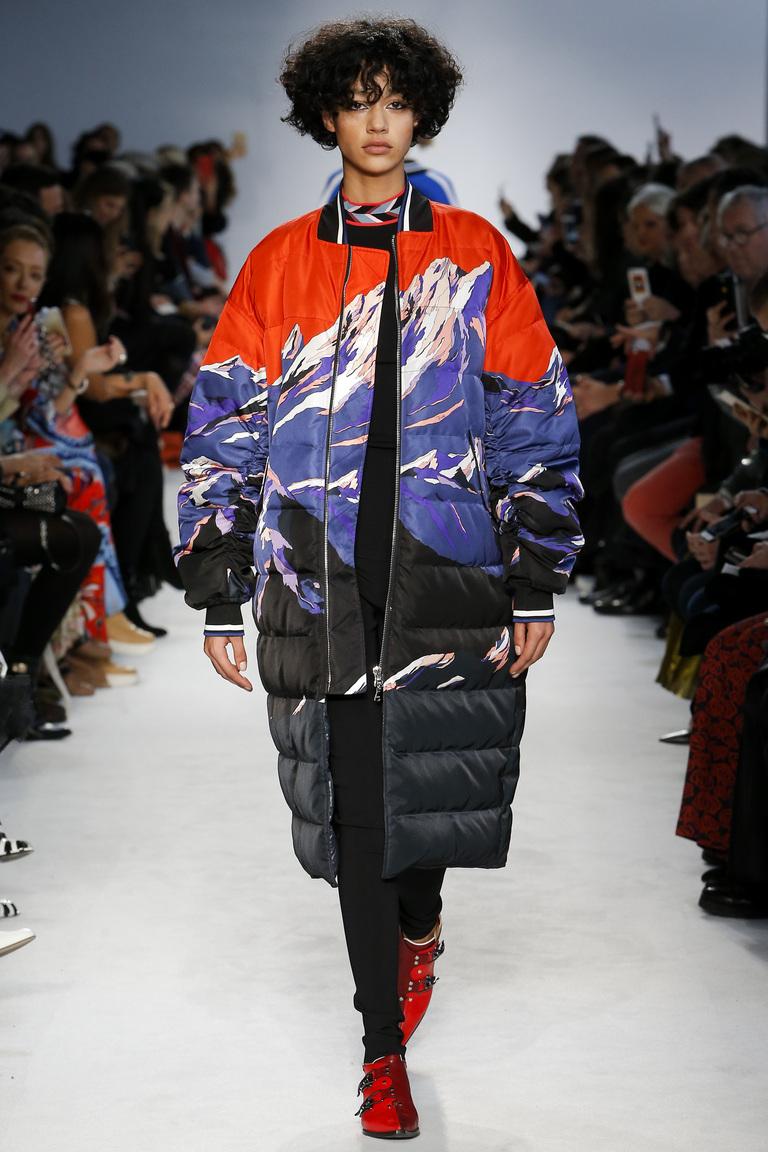 На фото: объемное пальто в стиле оверсайз с принтом осень-зима 2016-2017 из коллекции Emilio Pucci.