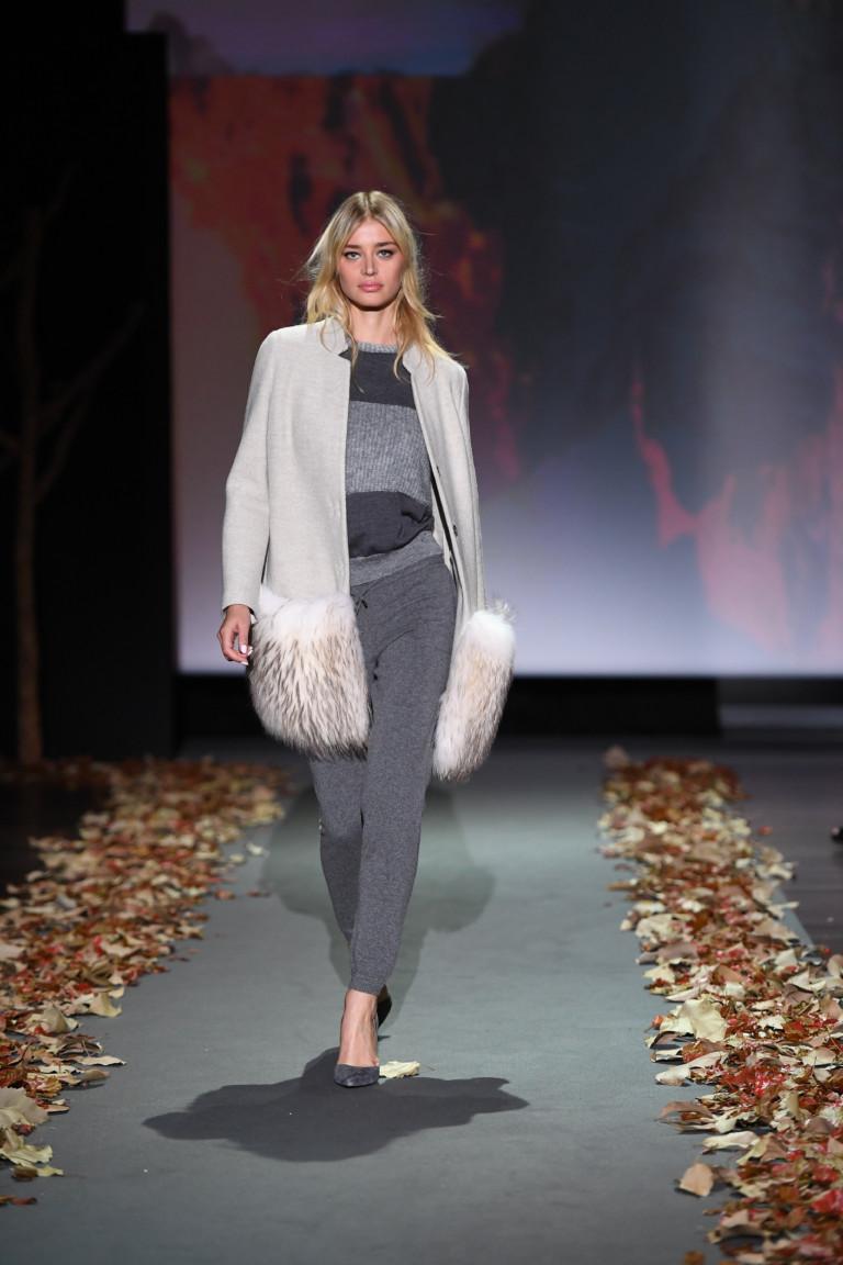 На фото: укороченное пальто-накидка трапециии сезона осень-зима 2016-2017 из коллекции Falconeri.