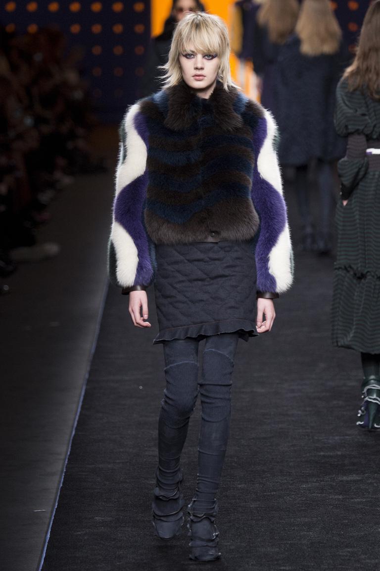 Мода 2017: главныхй тренд года - шуба из меха ярких цветов из коллекции  Fendi.
