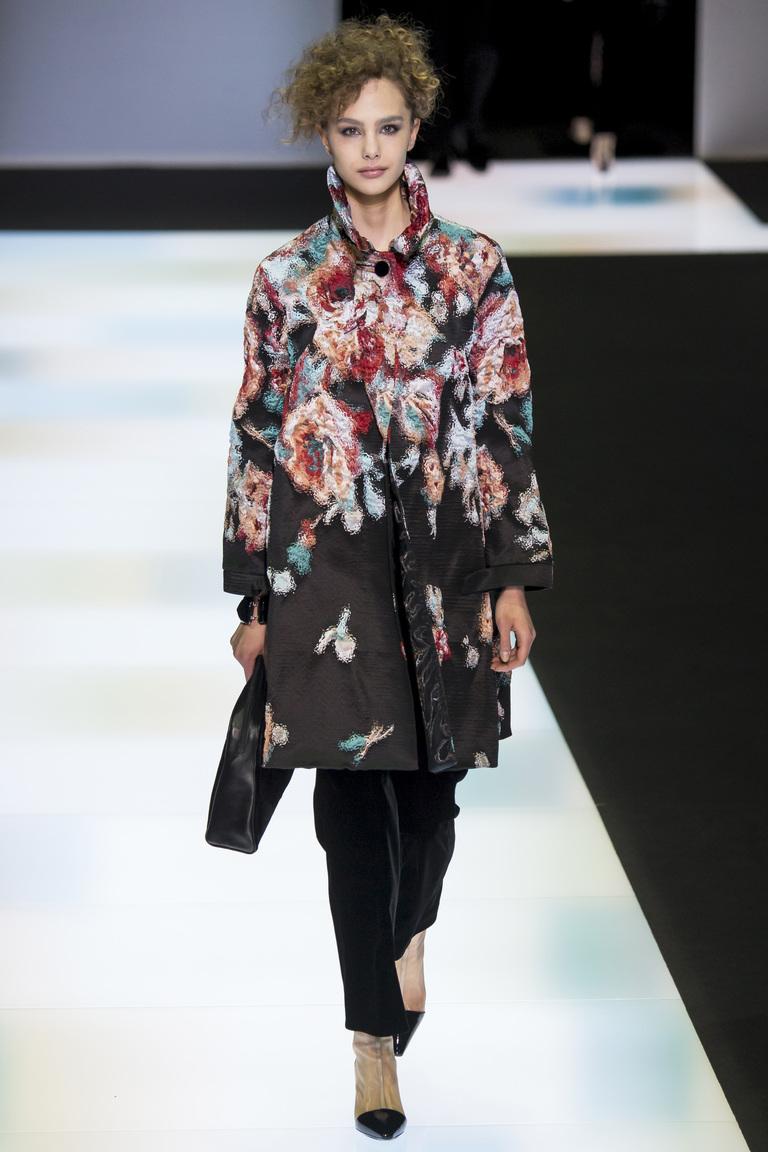 На фото: пальто с принтом, из коллекции .Giorgio Armani.