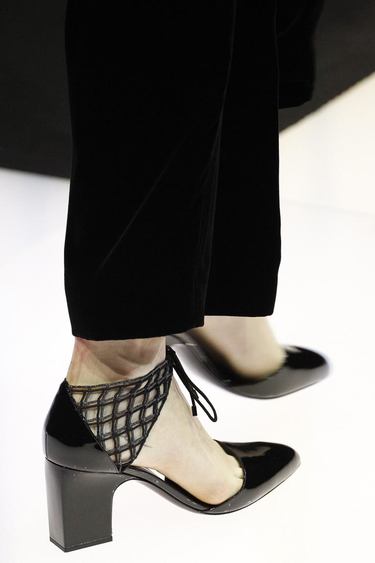 На фото: обувь осень-зима 2016-2017: варианты шнуровки из коллекции Giorgio-Armani.