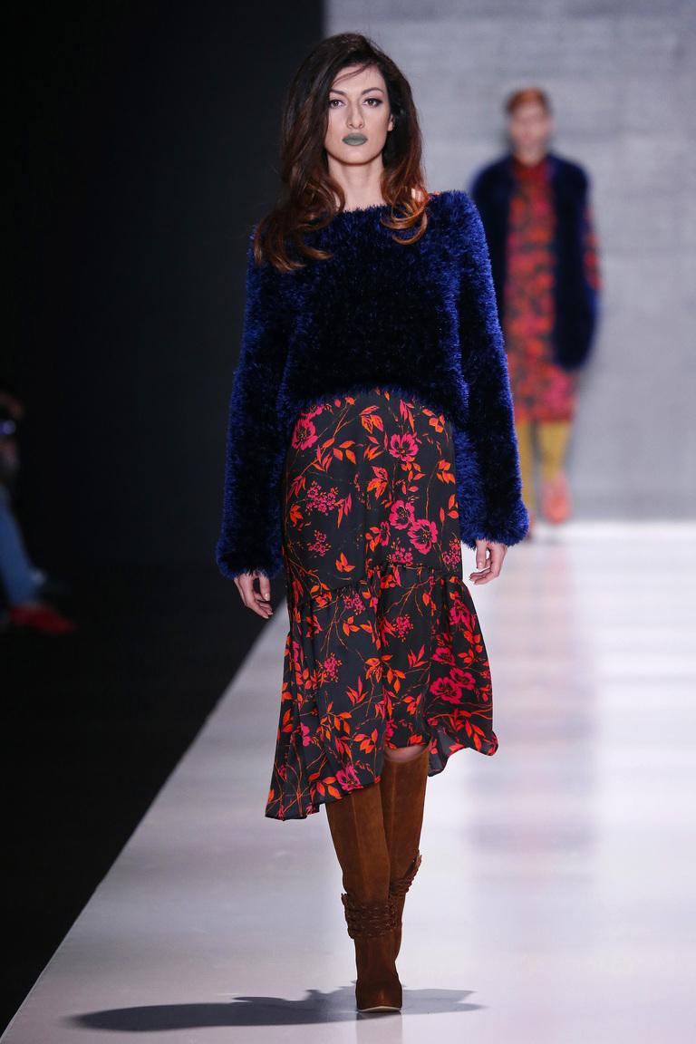 Длинное цветочное платье со свитером  из коллекции Goga Nikabadze