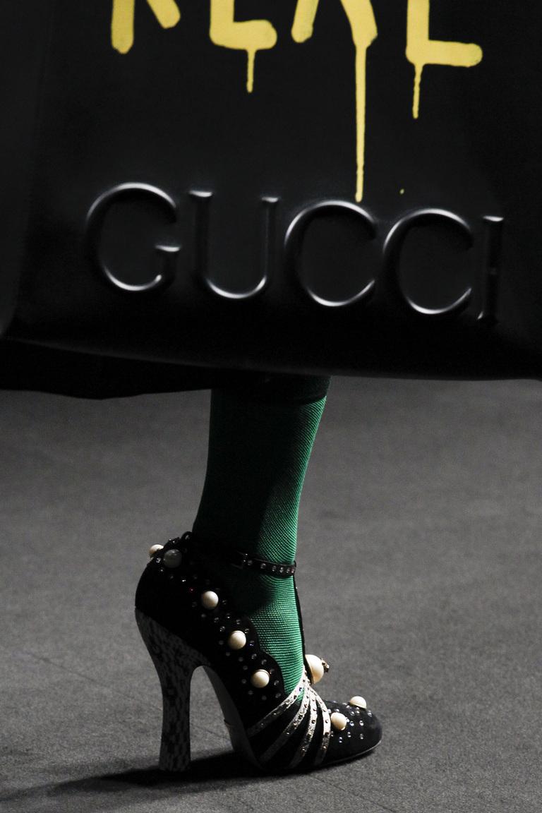 На фото: заклепки, шипы и металлические украшения - самая модная женская обувь в сезоне осень 2016= 2017 из коллекции Gucci.