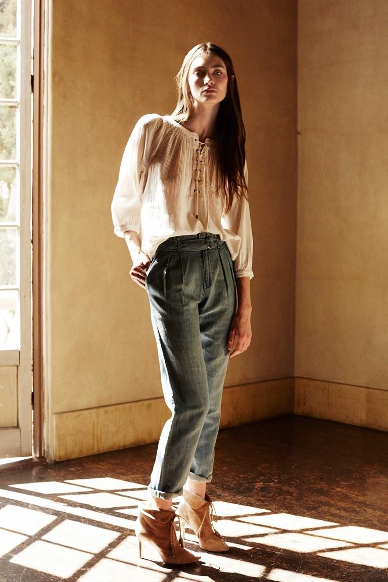 На фото: блузка классический бельевой стильсезона осень-зима 2016-2017 из коллекции Joie.